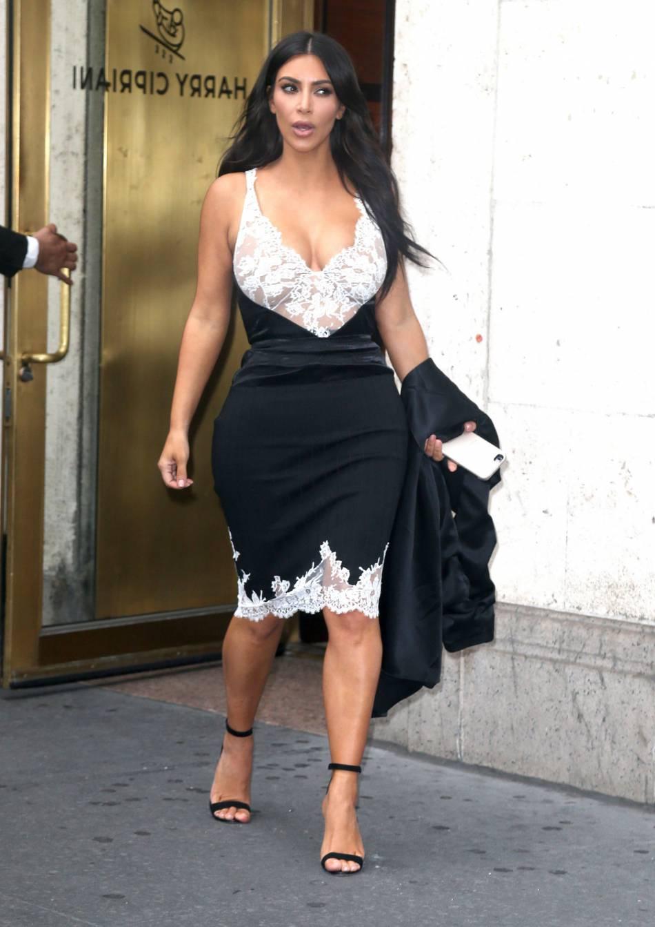 Kim Kardashian devant un restaurant pour le déjeuner.