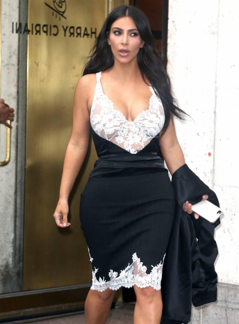 Kim Kardashian et sa robe ornée de dentelle.