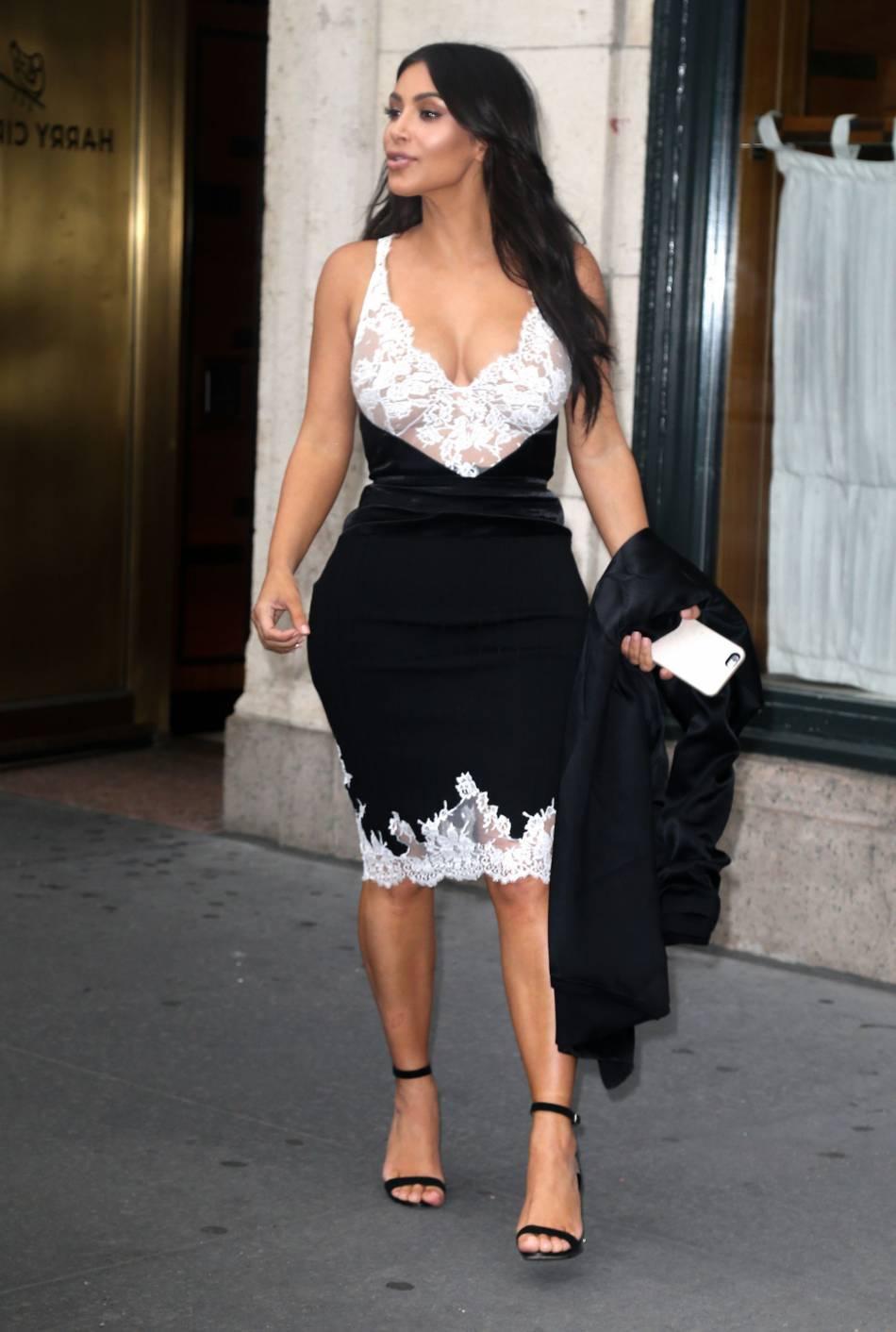 Kim Kardashian se prête aux jeux des photos.