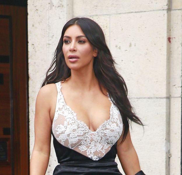 Kim Kardashian, habillé d'une robe moulante trois matières à New York le 5 Juin 2016.