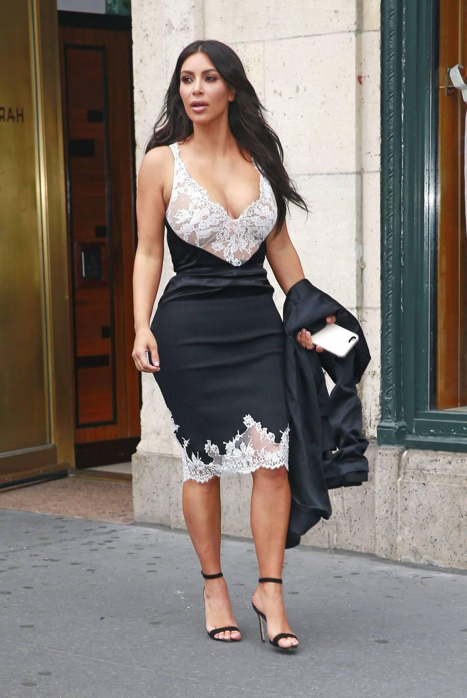 Kim Kardashian dans une robe moulante.