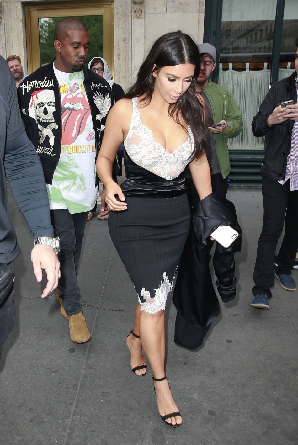 Kim Kardashian et Kanye West sortant d'un restaurant new-yorkais.