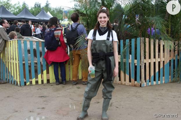 Andréa porte une salopette de pêcheur Caperlan.