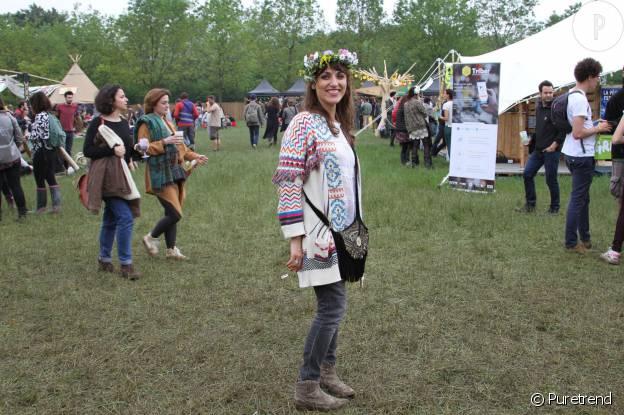 Yasmina porte une couronne de fleurs sur le festival We Love Green.
