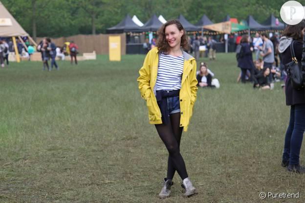Mathilde porte un ciré jaune Petit Bateau.