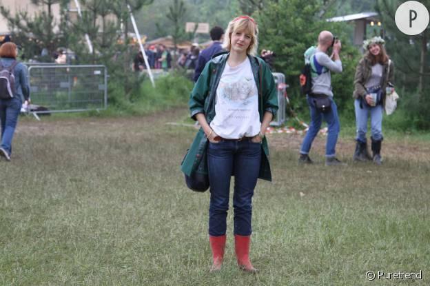 Lucie porte un t-shirt figuratif qu'elle a troqué contre un autre modèle avec un ami.