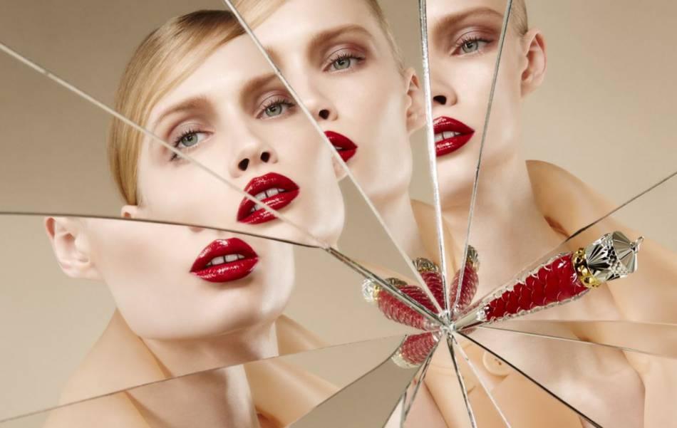 Le rouge iconique de Christian Louboutin sur une bouche se fait chic et féminin.