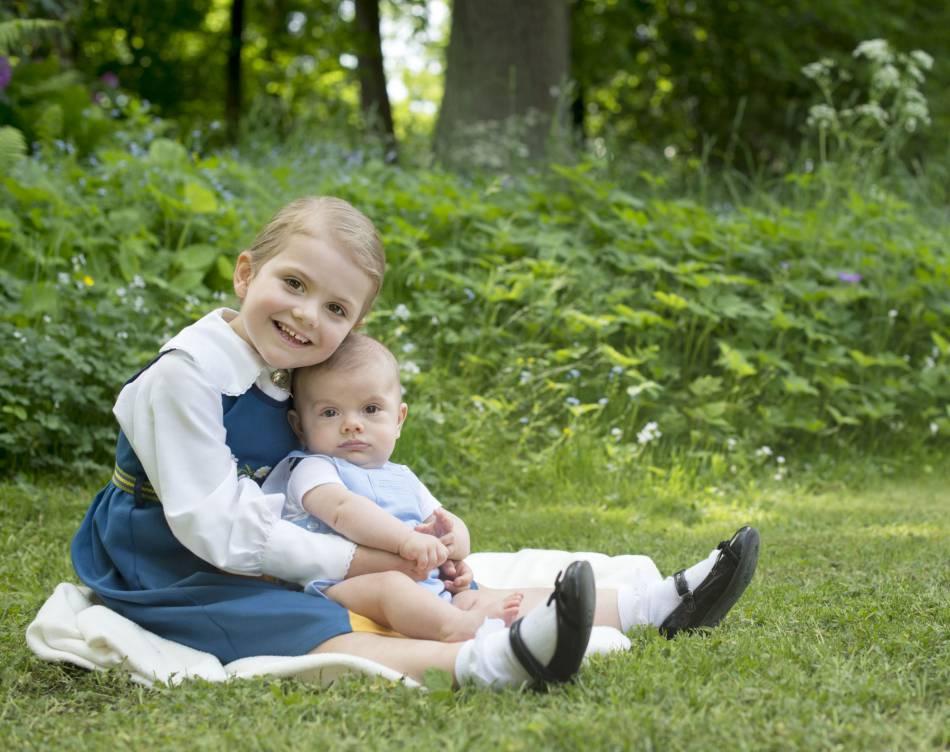 La petite Estelle de Suède, avec son frère Oscar, né en mars dernier.