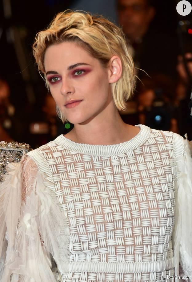 Kristen Stewart porte un oeil rouge très surprenant à Cannes.