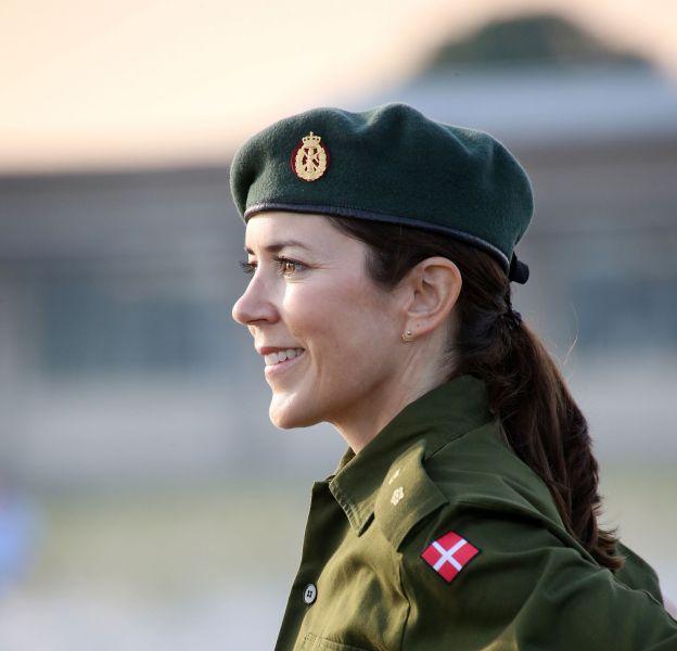 La princesse Mary de Danemark, super élégante en tenue militaire. Une jolie prouesse !