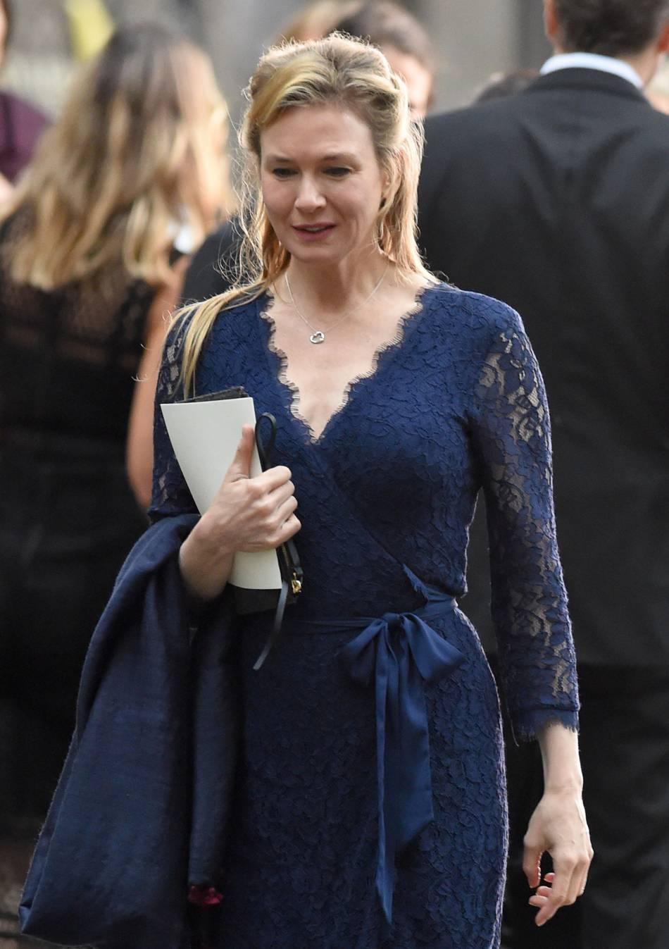 """Renée Zellweger sur le tournage du film """"Bridget Jones 3"""" à Londres, le 10 novembre 2015. Pour le rôle, Renée Zellweger a pris un peu de poids. Elle ne comprend pas que tout le monde ne parle qe de ça !"""