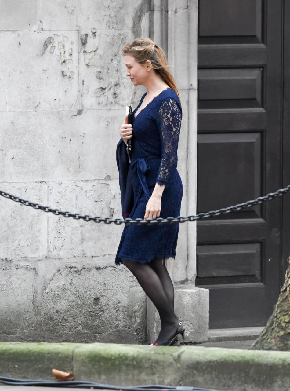 """Renée Zellweger enceinte pour """"Bridget Jones 3"""" à Londres, le 10 novembre 2015."""