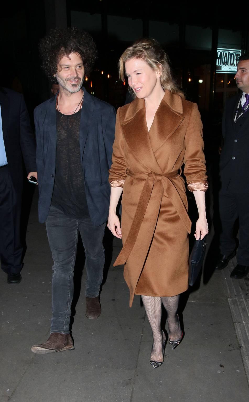 Renee Zellweger et son compagnon Doyle Bramhall quittent un gala de charité à Londres le 3 novembre 2015.
