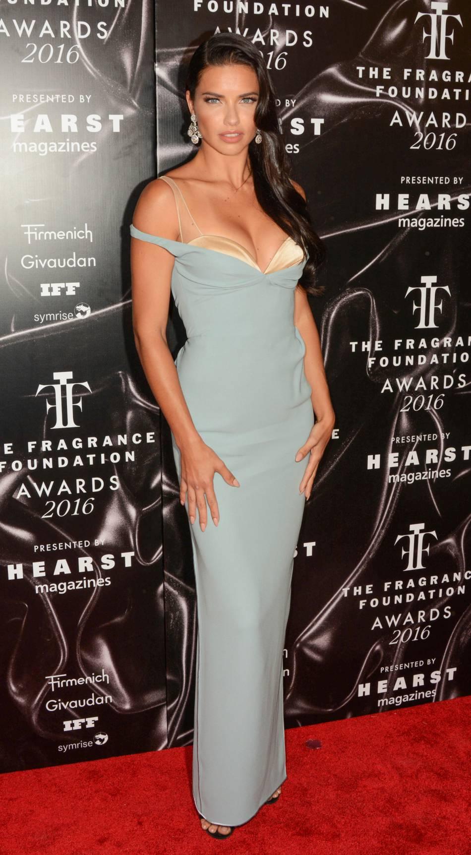 Adriana Lima dans une robe Marc Jacobs.