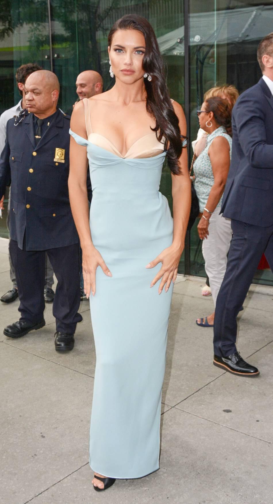 Adriana Lima dans une robe de pin-up bleu ciel pour la cérémonie des Fragrance Foudation Awards.