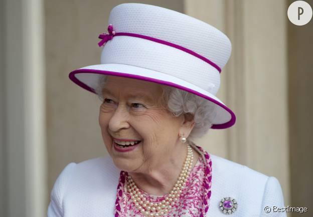 Elizabeth II, une souveraine bien chapeautée.