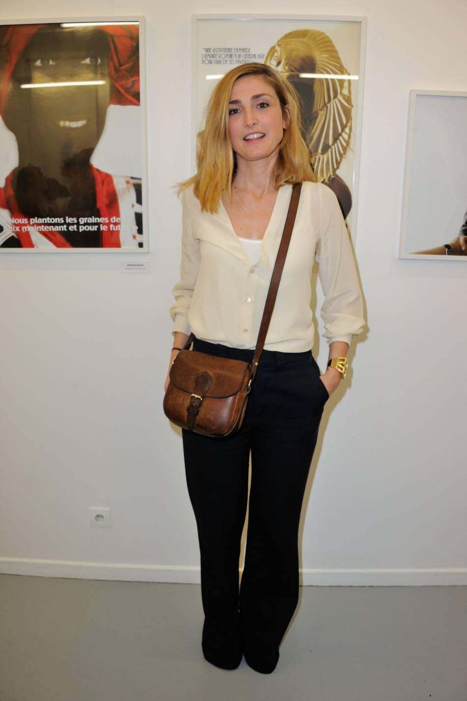"""Julie Gayet dans une tenue bicolore pour  l'exposition """"55 Politiques"""" à l'Espace Dupin à Paris"""