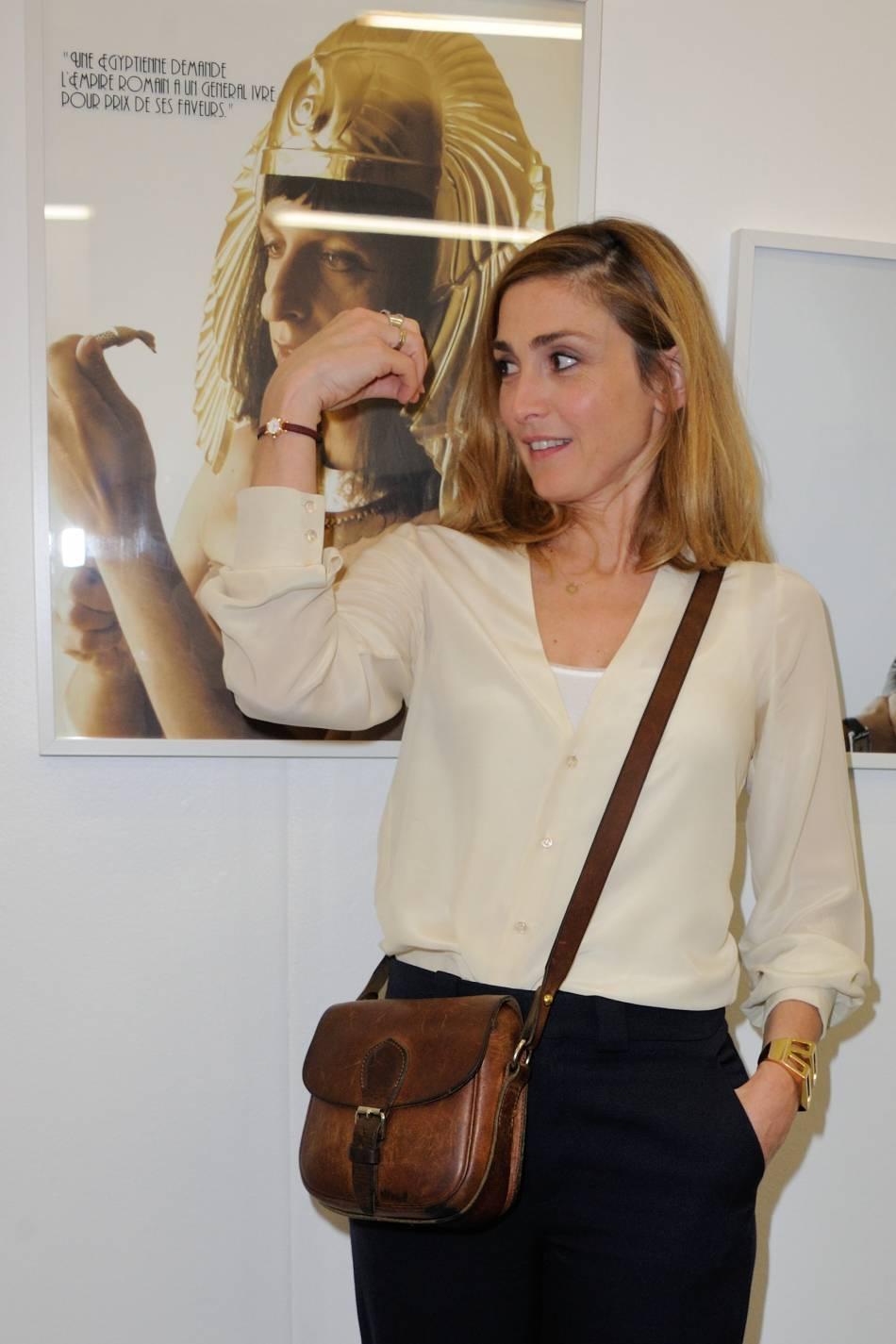 Julie Gayet prend la pose face aux photographes pour une exposition à Paris.