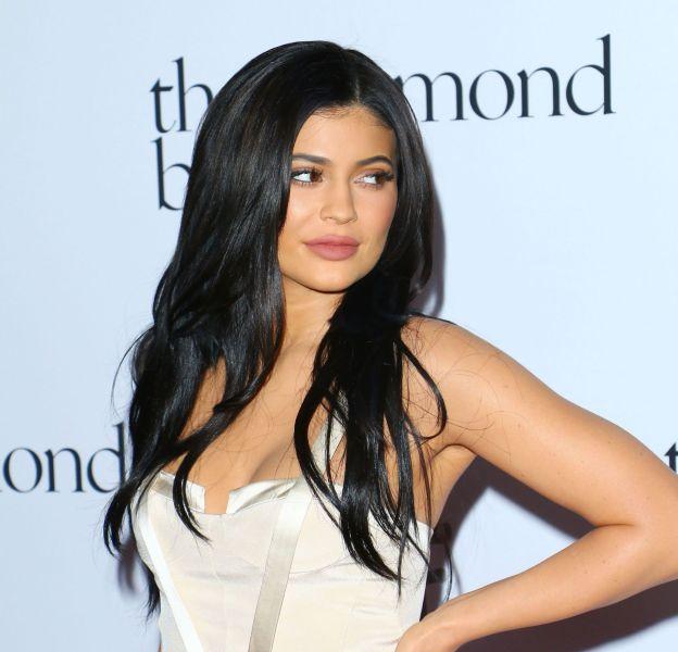Kylie Jenner affiche son sex-appeal dans une tenue casual au détail ultra sexy.