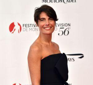Exit les jeans et autres sweat-shirts à message, la belle Alessandra joue les bombes en petite robe noire sexy.