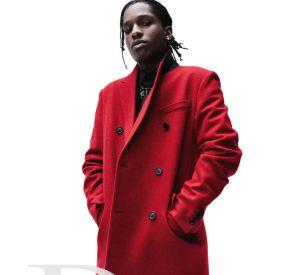 Manteau long rubis, une silhouette comme une épure urbaine : le nouveau chic masculin selon Dior.