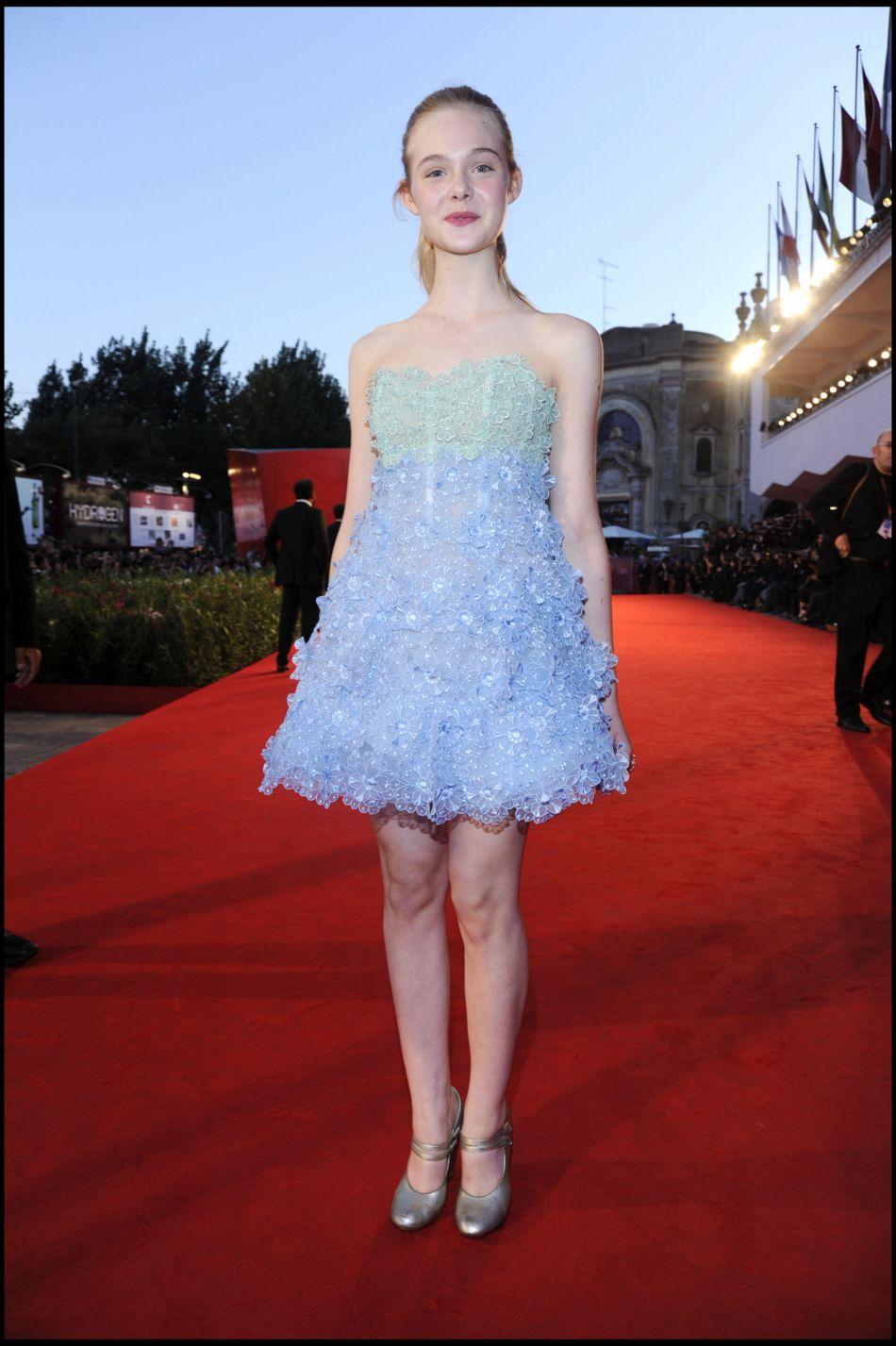 Elle Fanning portant une robe bustier à paillette.