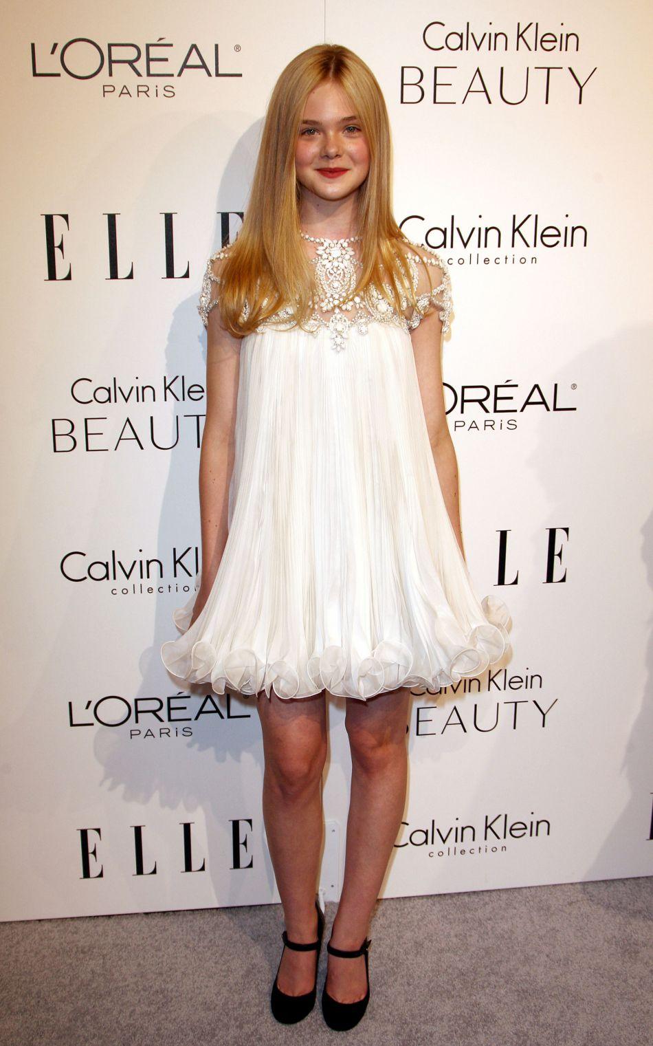 Elle Fanning dans une robe voilée blanche.