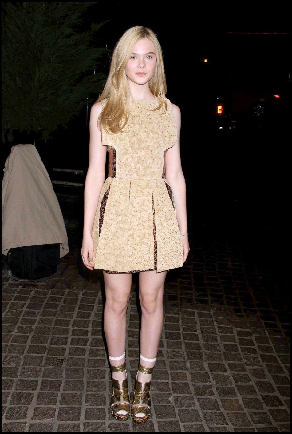 Elle Fanning dans une tenue dorée.