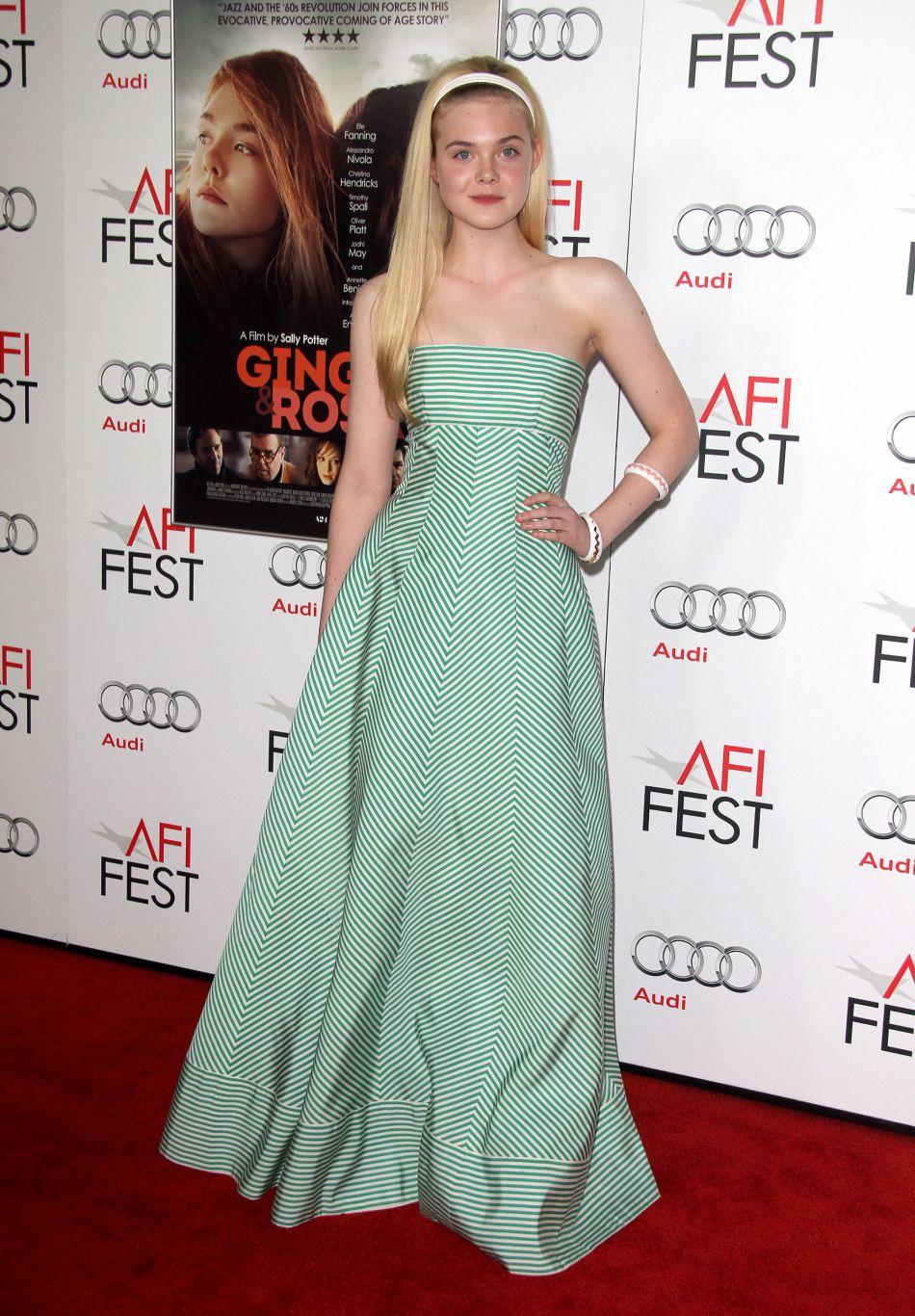 Elle Fanning habillée d'une robe bustiée rayée.