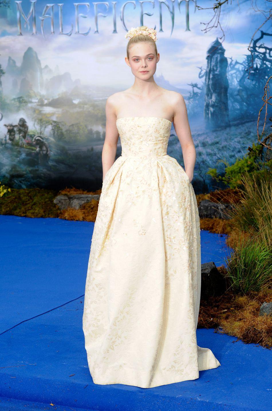 Elle Fanning dans une robe bustiée blanche.