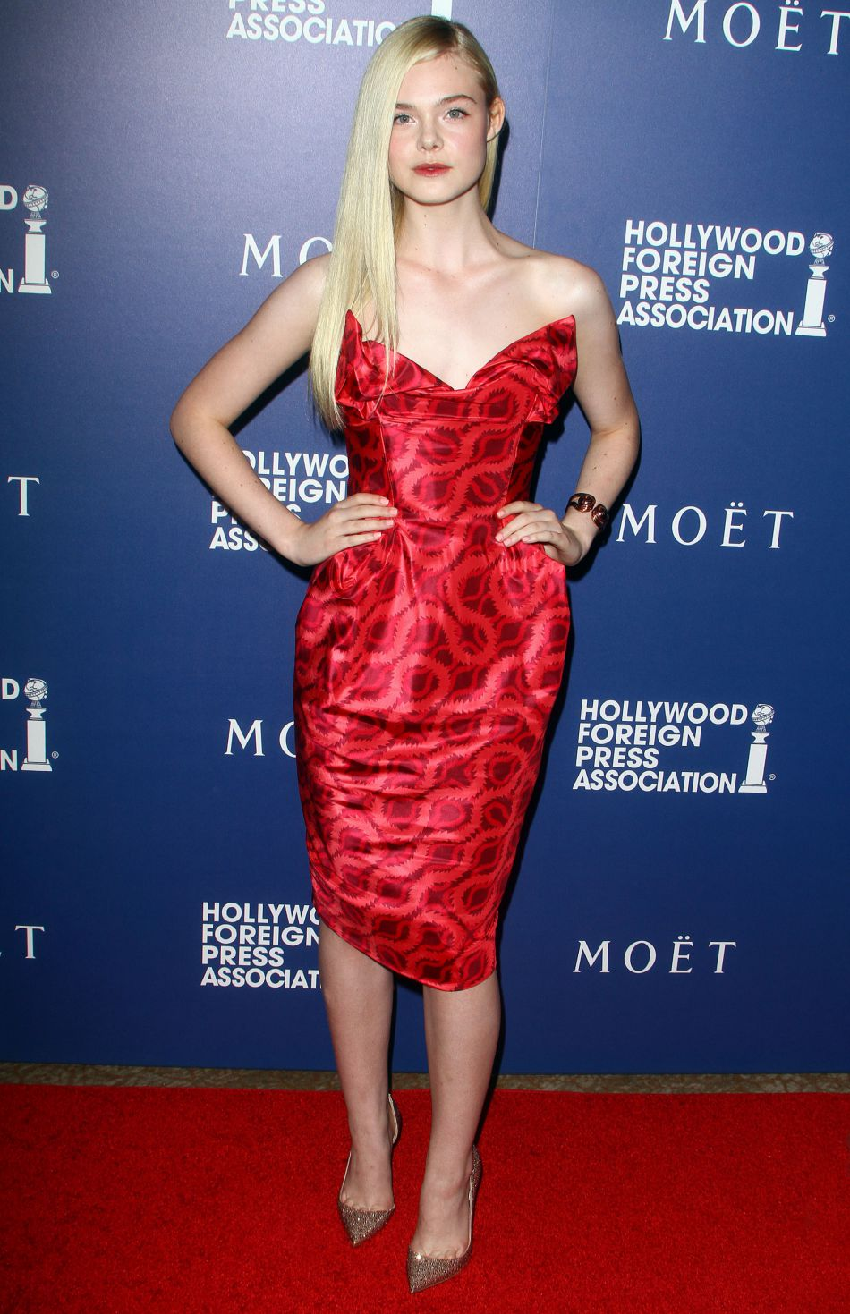 Elle Fanning adopte un look sexy avec sa robe rouge bustiée.