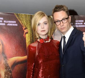 Elle Fanning et Nicolas Winding Refn, adopte un look sexy : robe rouge et escarpin noir.