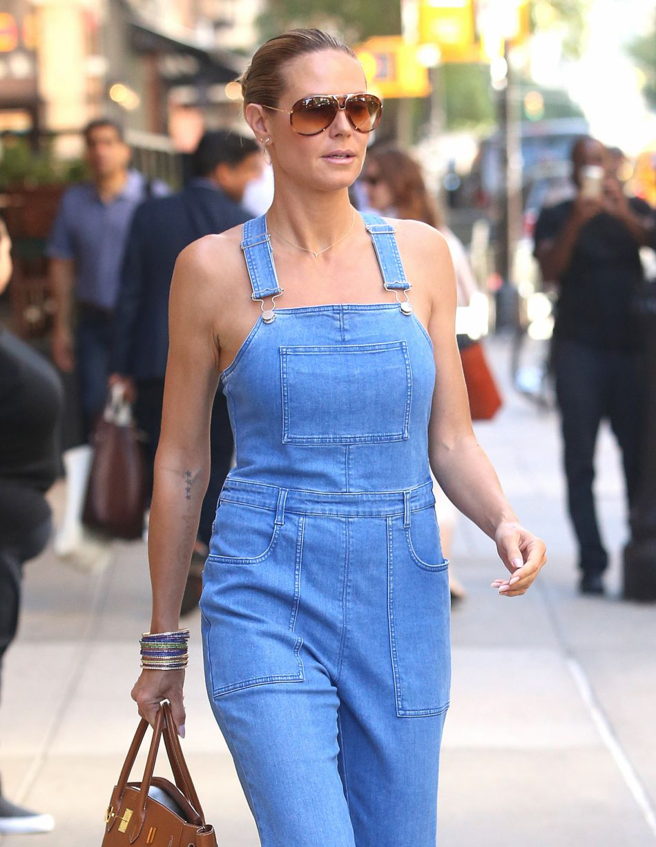 Heidi Klum sexy sans T-shirt sous sa salopette.