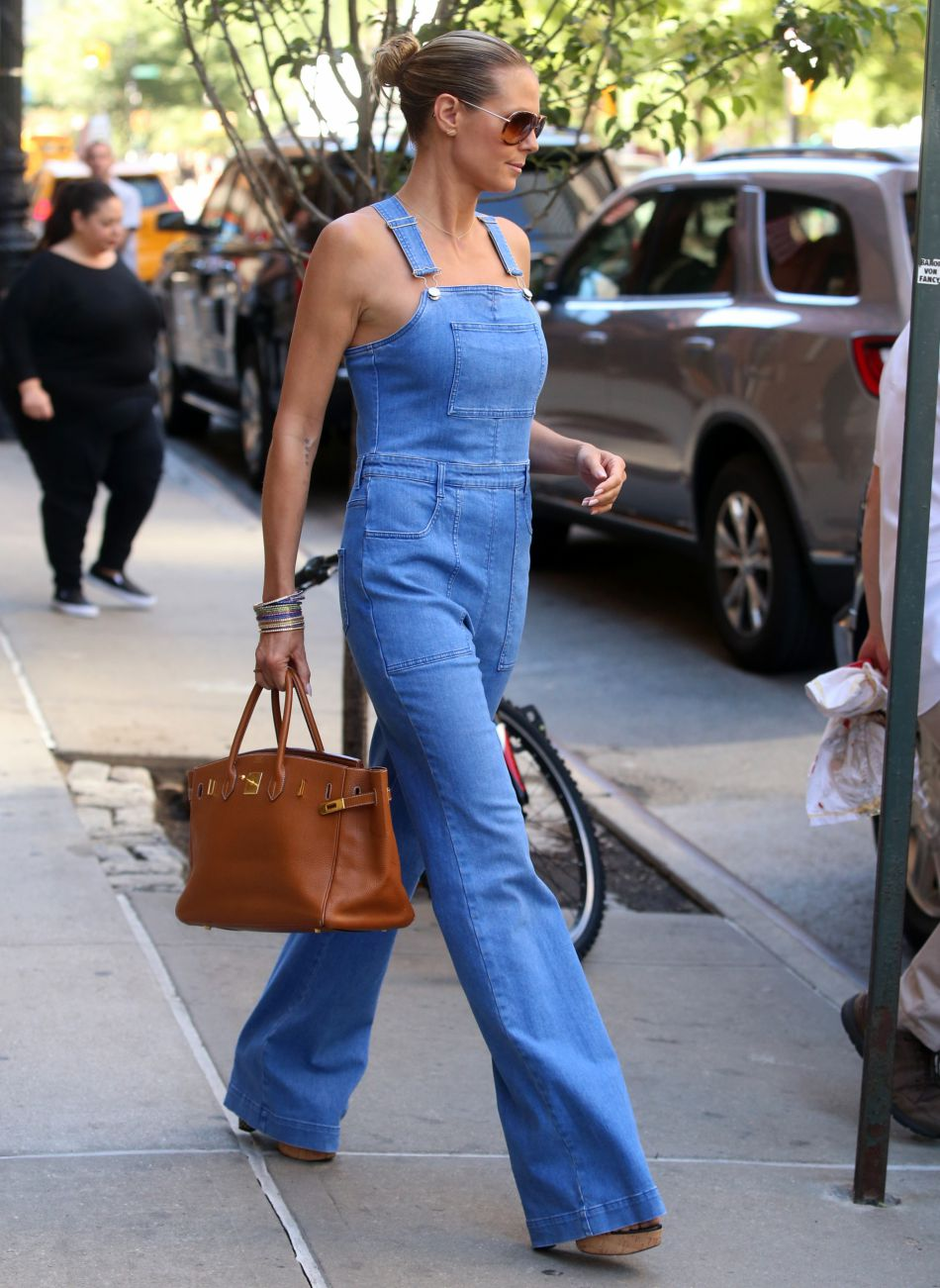 Heidi Klum portant une salopette Stella McCartney.