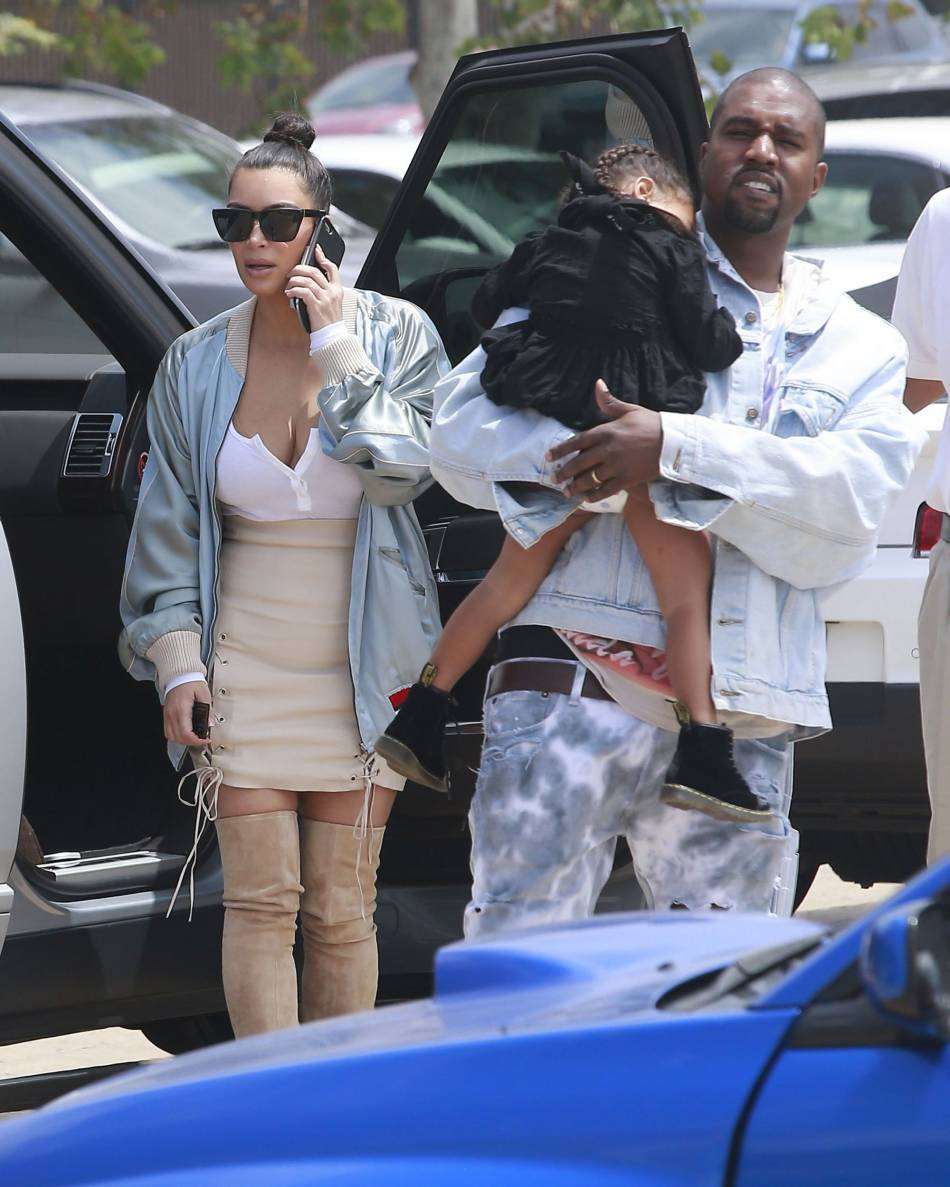 Kourtney Kardashian film sa petit soeur Kim effrayée dans l'attraction.