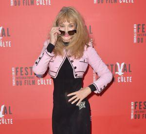 Arielle Dombasle : plus mince que jamais, elle montre sa culotte sur tapis rouge