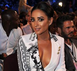 Shay Mitchell apparaît nue sous son blazer sur Instagram.