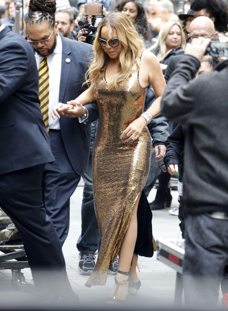Lunettes de soleil oversize et robe à paillettes : la signature de Mimi !