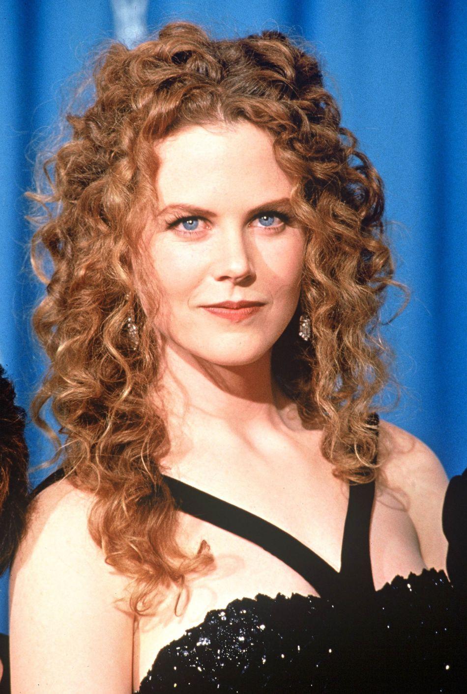 Lors de la cérémonie des Oscars 1994, Nicole Kidman laisse ses boucles triompher sur le tapis rouge.