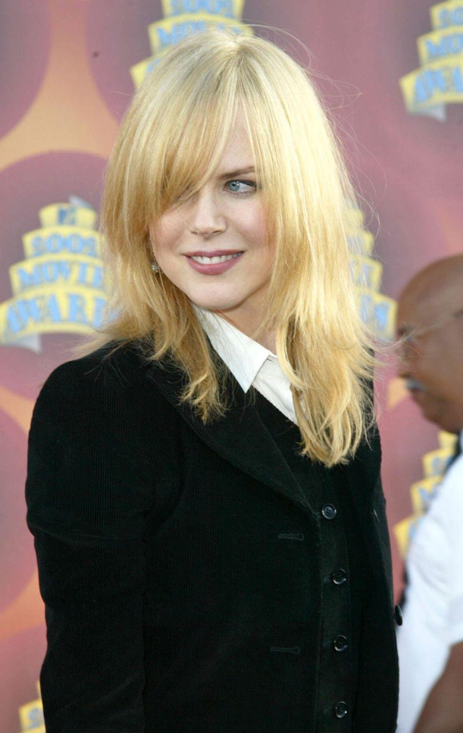 Aux MTV Movie Awards 2002, Nicole Kidman est méconnaissable avec sa mèche longue et son brushing lisse.