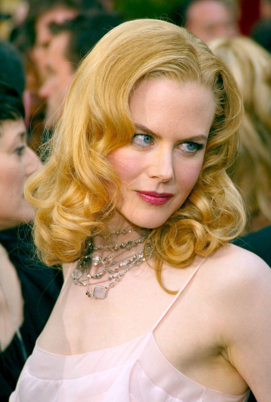 """Aux Oscars 2002, Nicole Kidman affiche un look très """"Moulin Rouge !"""", canon à souhait."""
