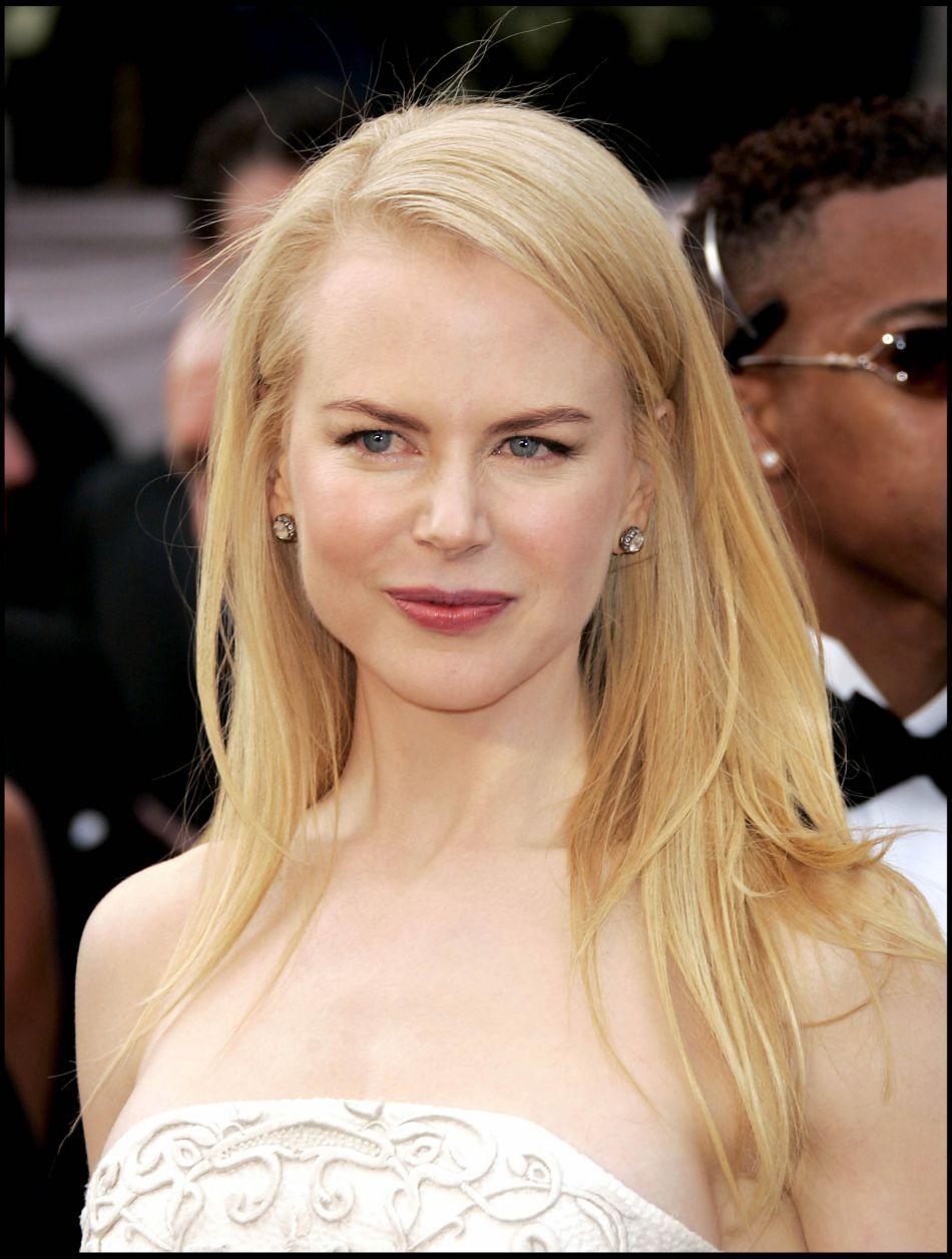 Sur le tapis rouge des Oscars, en 2006, Nicole Kidman retente avec succès le brushing lisse, optant pour une mise en beauté minimaliste.