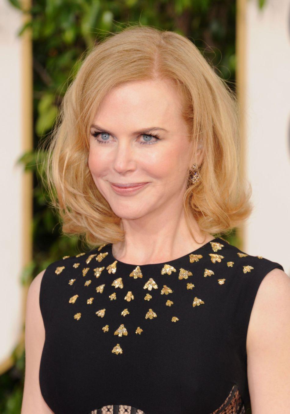 """Aux Golden Globes 2013, Nicole Kidman affiche des airs de """"Ma sorcière bien aimée"""" avec son carré gonflé."""
