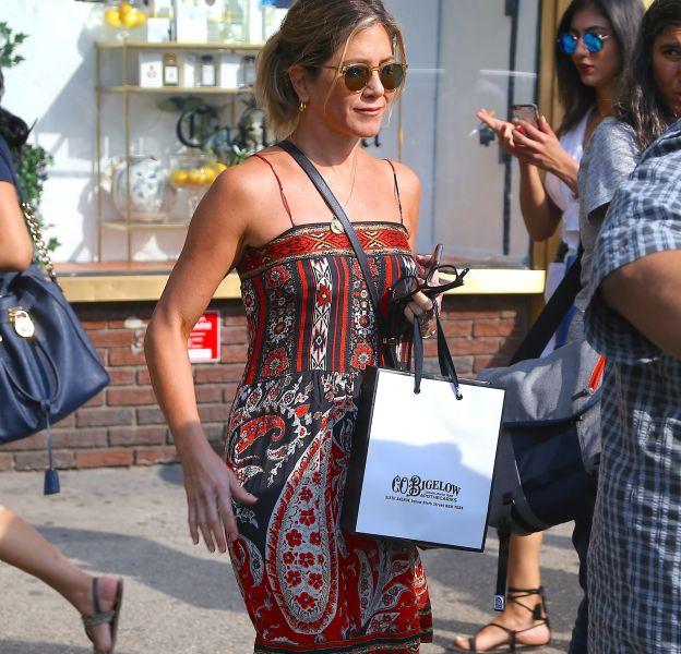 Jennifer Aniston apparaît décontractée et sensuelle dans les rues de New York.