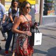 Jennifer Aniston est sensuelle dans une robe à fine bretelle pour une séance shopping.