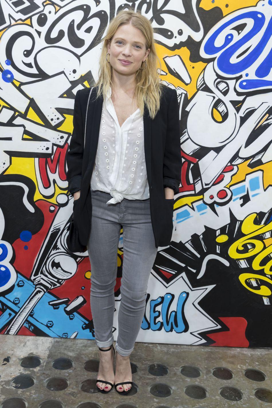 En slim gris et blazer noir, Mélanie Thierry fait mouche.