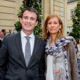 Le Premier ministre Manuel Valls et sa femme, Anne Gravoin, mardi 21 juin dans la cour de l'hôtel Matignon, à Paris.