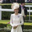 Kate Middleton ne peut pas toujours apparaitre en tenue casual et sport. Son quotidien de duchesse l'oblige à s'habiller avec élégance et sophistication !
