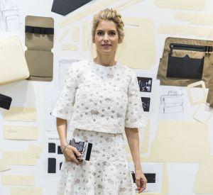 Alice Taglioni sublime sa silhouette dans un ensemble mêlant jupe midi et cropped top structuré.