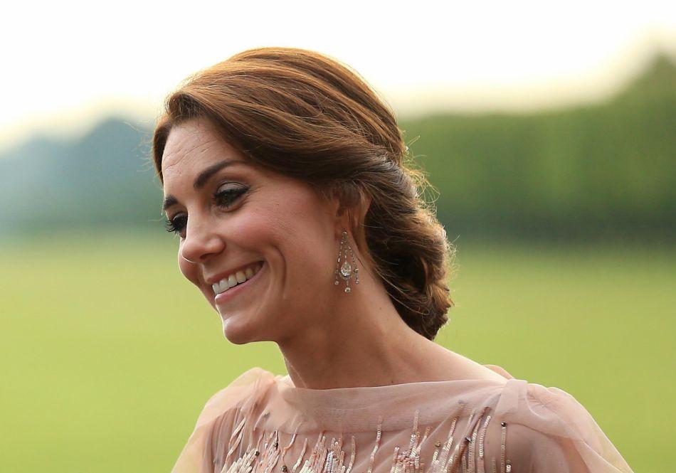 Kate Middleton a accessoirisé son look d'un chignon bas et d'une paire de boucles d'oreilles en diamants.